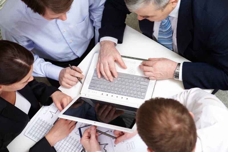 Personas de las hojas de operación (planning) imagen de archivo libre de regalías