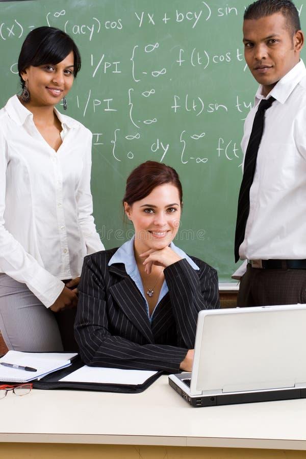 Profesores Confiados Con Los Alumnos Junto En Foto de
