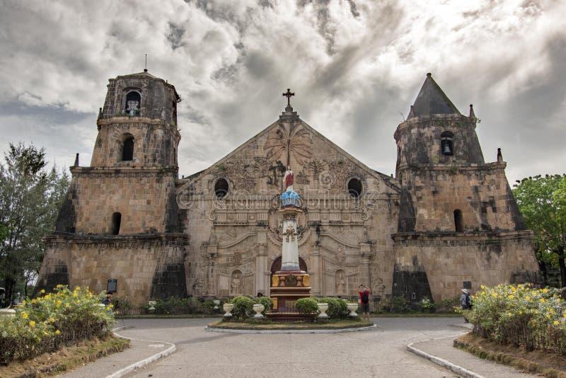 Personas de marzo 11,2018 que despiertan alrededor de la iglesia de Miagao en la ciudad de Iloilo fotos de archivo libres de regalías