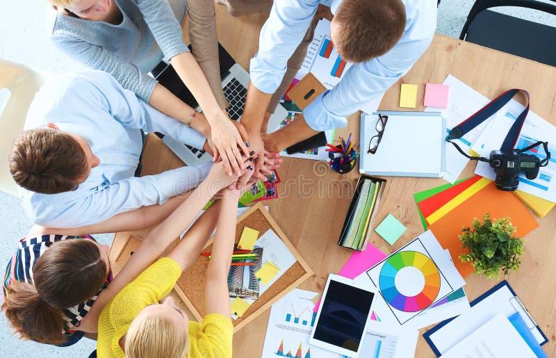 personas del asunto con trabajo en equipo de las manos junto - imagen de archivo libre de regalías