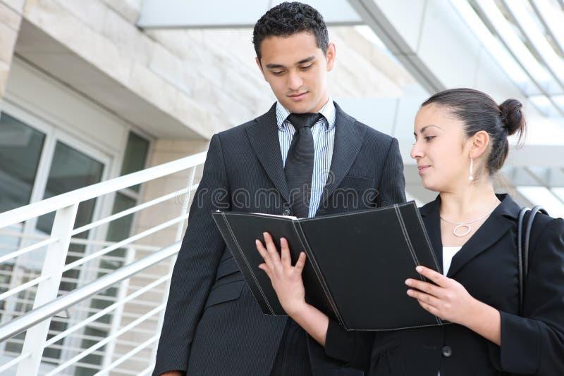 Personas del asunto en el edificio de oficinas fotografía de archivo libre de regalías