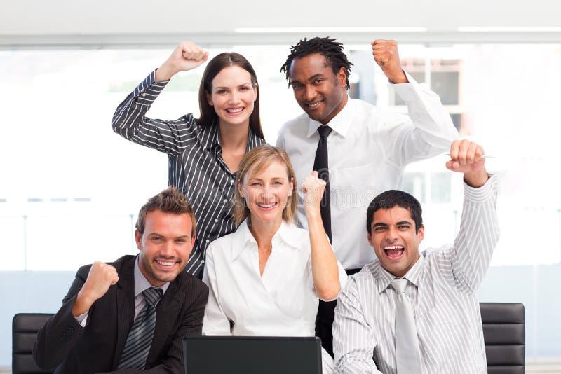 Personas del asunto que celebran un éxito en oficina imagenes de archivo