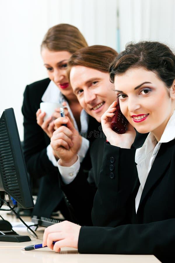 Personas del asunto que trabajan en la oficina fotos de archivo