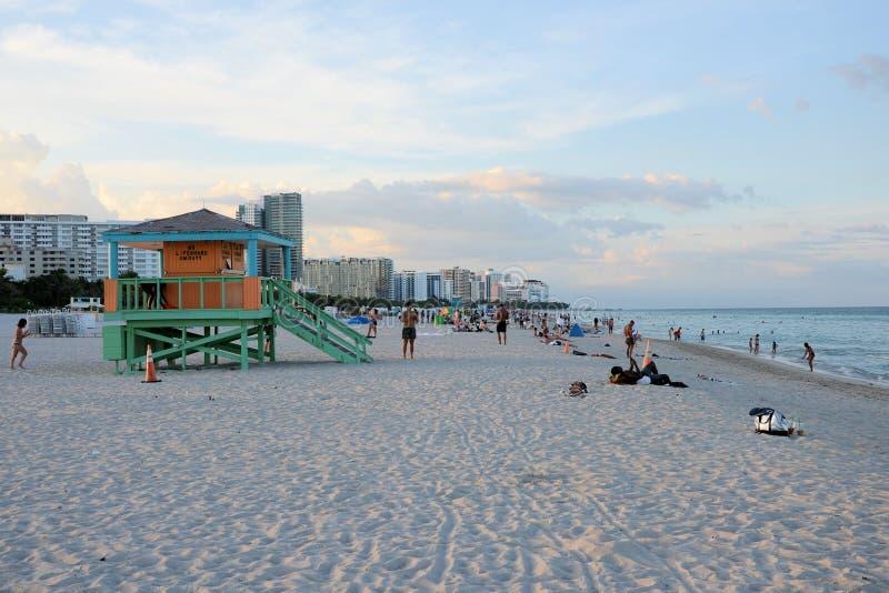 Personas en Miami Beach imagenes de archivo