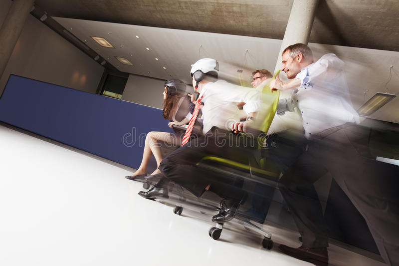 Personas en raza de la silla de la oficina. foto de archivo