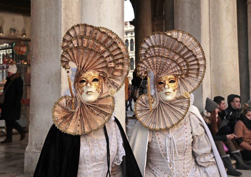 Personas enmascaradas en el traje, Venecia, Italia imagen de archivo
