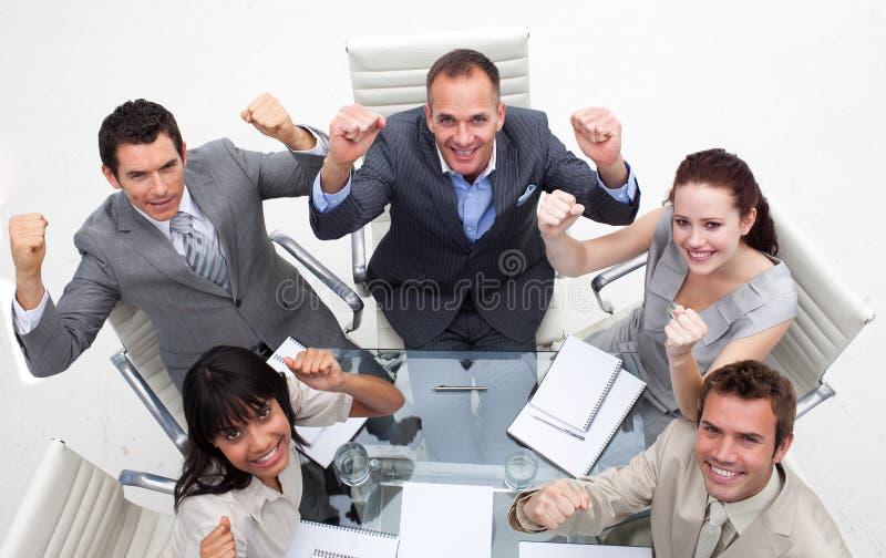 Personas exuberantes del asunto que celebran un éxito imagenes de archivo