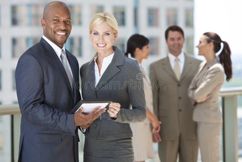 Personas interraciales del asunto con el ordenador de la tablilla imágenes de archivo libres de regalías