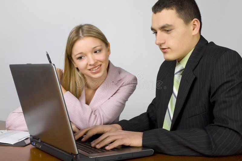 Personas jovenes del asunto en el trabajo imágenes de archivo libres de regalías