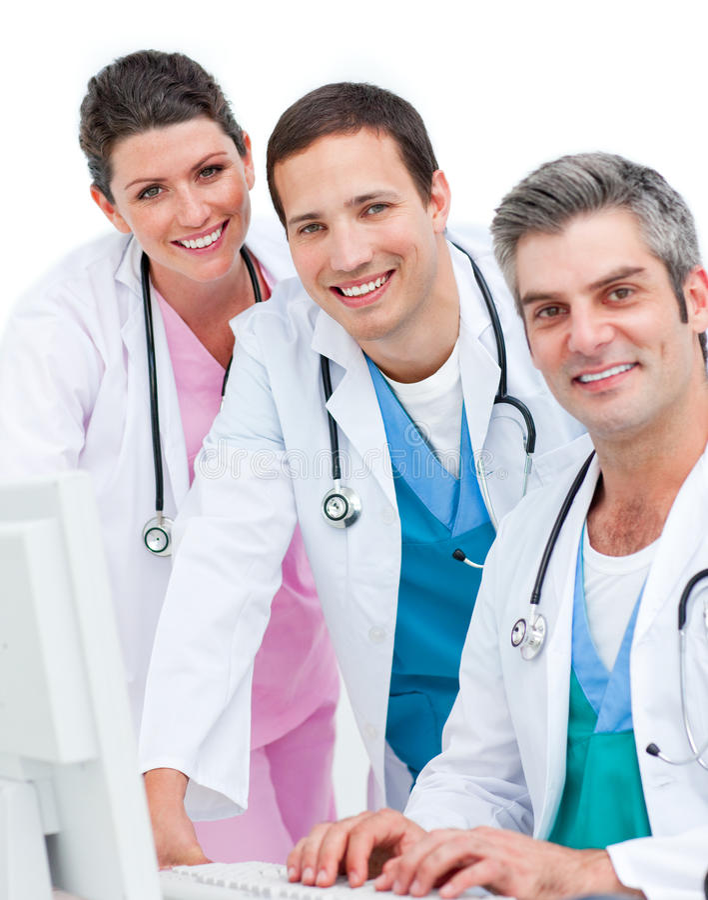 Personas médicas sonrientes que trabajan en un ordenador imagen de archivo
