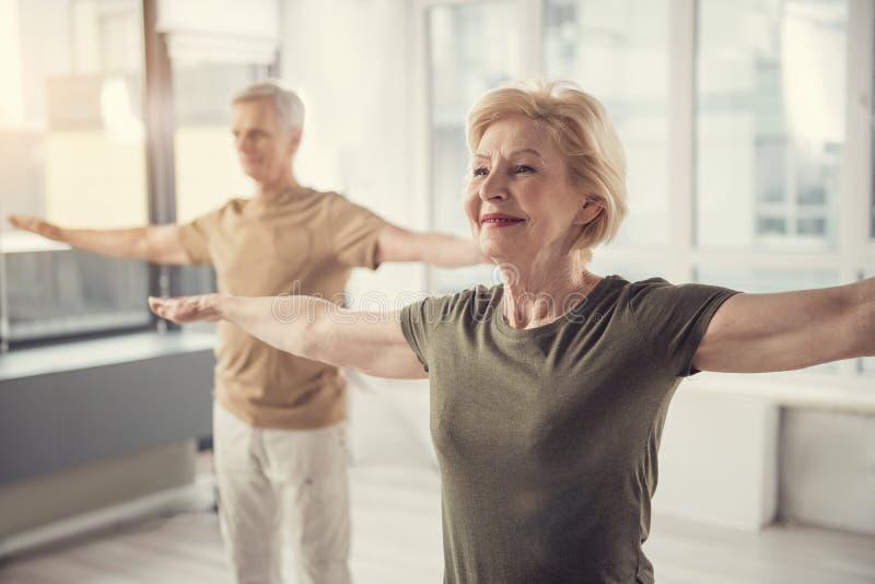 Personas mayores atléticas que practican yoga fotos de archivo libres de regalías