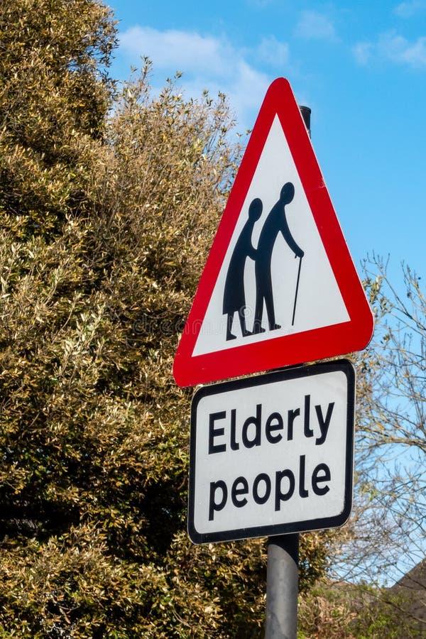 Personas mayores de peligro de Reino Unido del poste de la señal fotografía de archivo libre de regalías