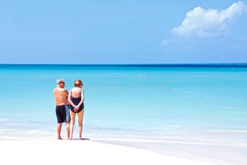 Personas mayores jubiladas en la playa fotos de archivo