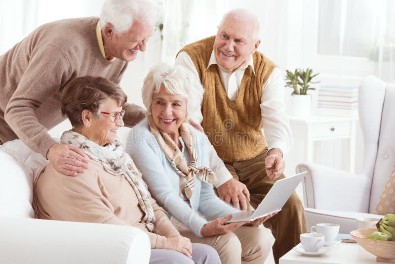 Personas mayores que disfrutan de tecnología moderna fotografía de archivo