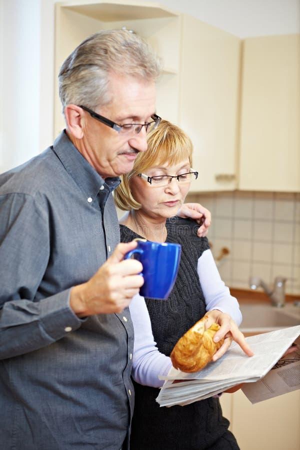 Personas mayores que leen el periódico fotografía de archivo libre de regalías