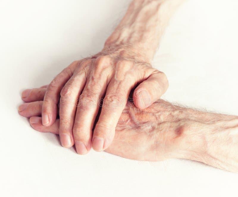 Personas mayores que llevan a cabo las manos. Primer. foto de archivo