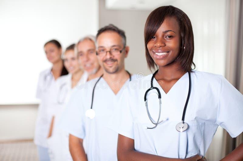 Personas Multi-ethnic de doctores felices confidentes fotos de archivo