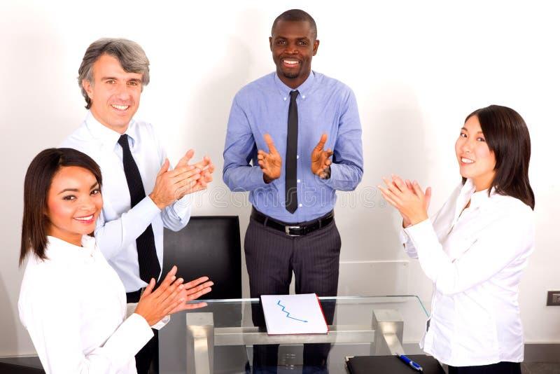 Personas Multi-ethnic durante una reunión foto de archivo libre de regalías