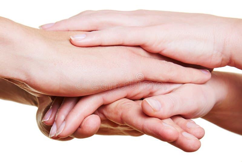 Personas que empilan las manos para la motivación foto de archivo