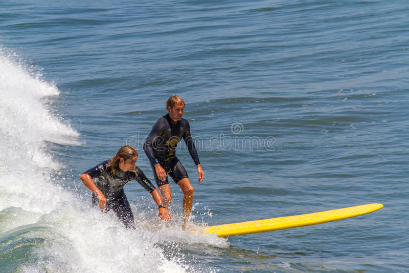 Personas que practica surf imagen de archivo libre de regalías