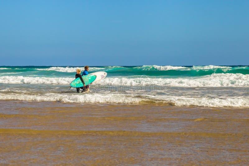 Personas que practica surf australianas fotografía de archivo libre de regalías