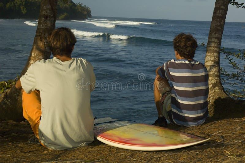 Personas que practica surf brasileñas imagen de archivo