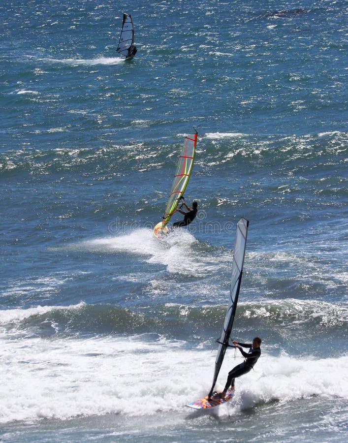 Personas que practica surf del viento fotos de archivo libres de regalías