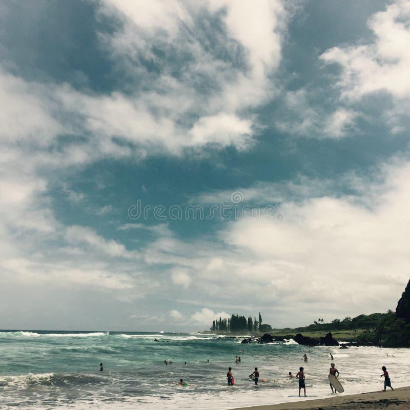 Personas que practica surf en la playa de Hamoa, Maui hawaii imágenes de archivo libres de regalías