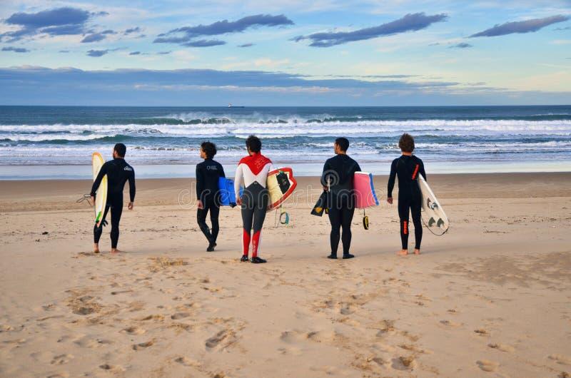 Personas que practica surf en la playa de Somo (España) fotografía de archivo libre de regalías
