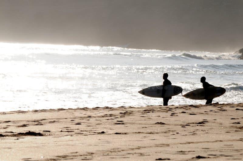 Personas que practica surf en Portugal foto de archivo libre de regalías