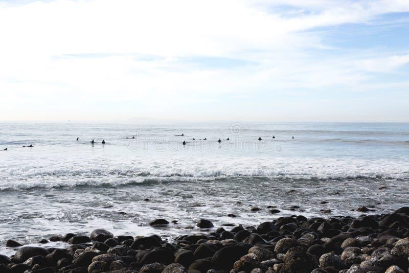Personas que practica surf que esperan pacientemente en San Miguel imagenes de archivo