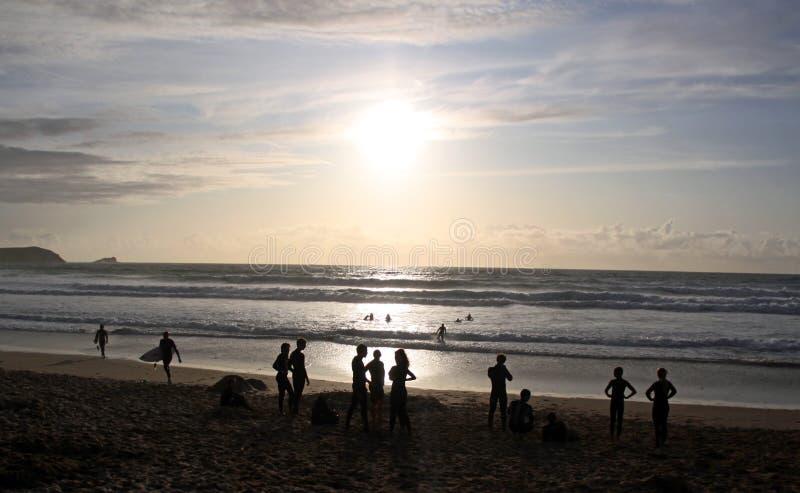 Personas que practica surf y nadadores en la playa fotografía de archivo libre de regalías