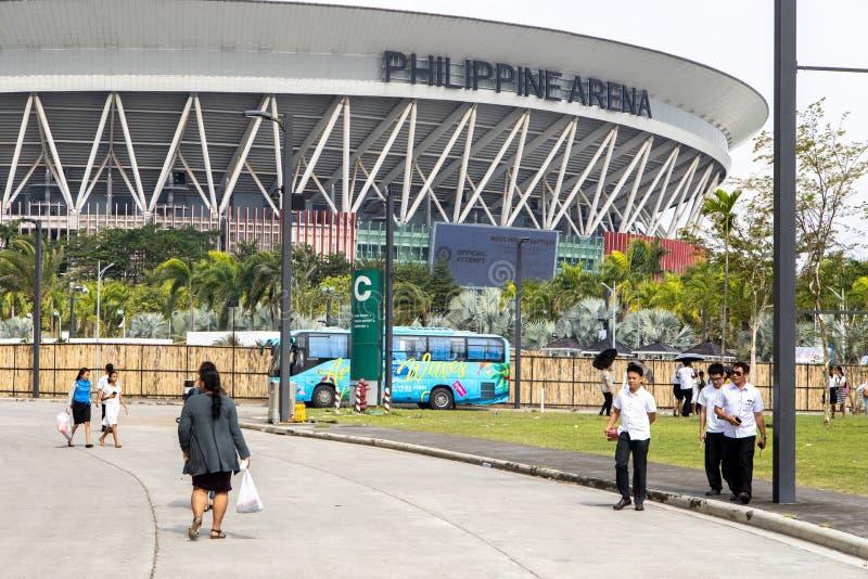 Personas que salen del coliseo filipino, Bulacan, Filipinas, 7 de setiembre de 2019 imágenes de archivo libres de regalías