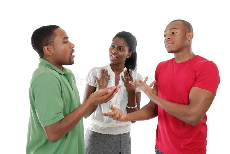 Personas que tienen una discusión