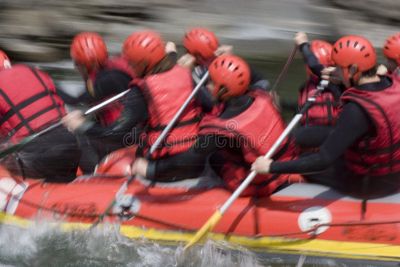 Personas que transportan en balsa rojas en whitewater imágenes de archivo libres de regalías