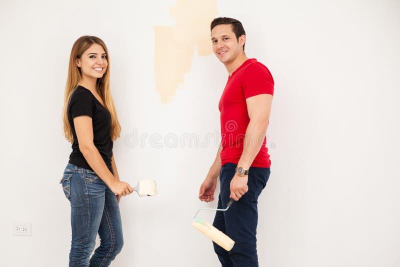 Persone appena sposate che dipingono la loro stanza immagini stock