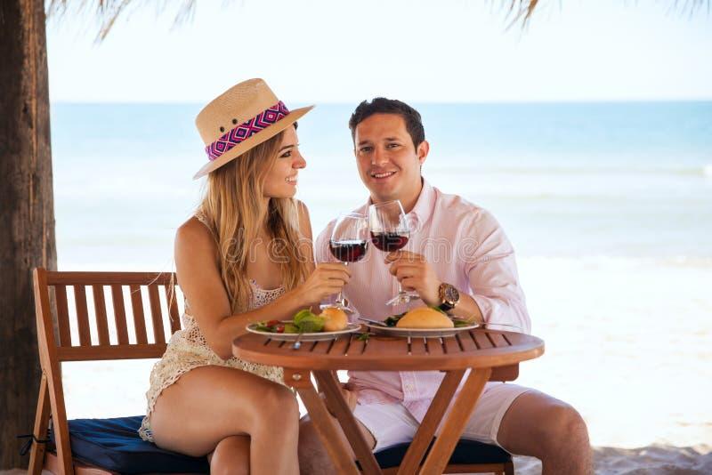 Persone appena sposate che godono della loro luna di miele alla spiaggia immagini stock libere da diritti