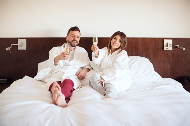 Persone appena sposate che tostano con il champagne fotografia stock libera da diritti