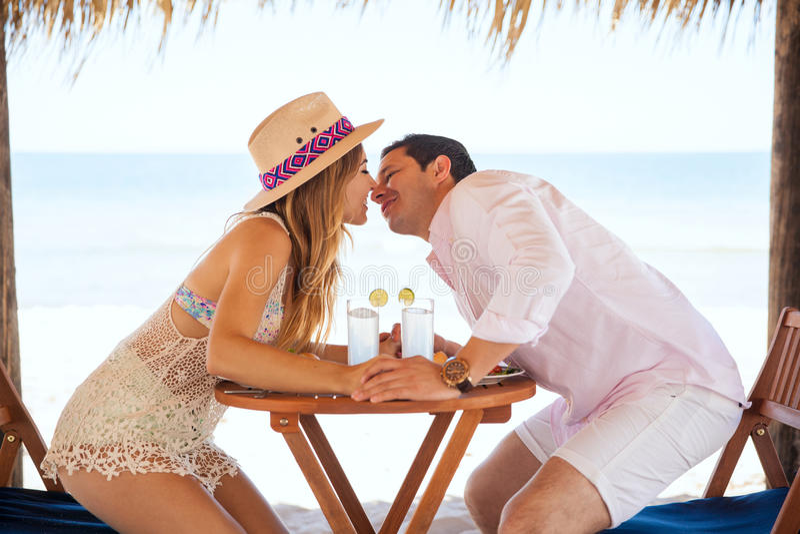 Persone appena sposate circa da baciare alla spiaggia fotografia stock libera da diritti