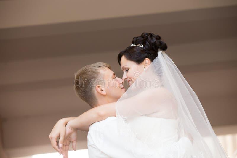 Persone appena sposate felici che ballano e che abbracciano fotografia stock