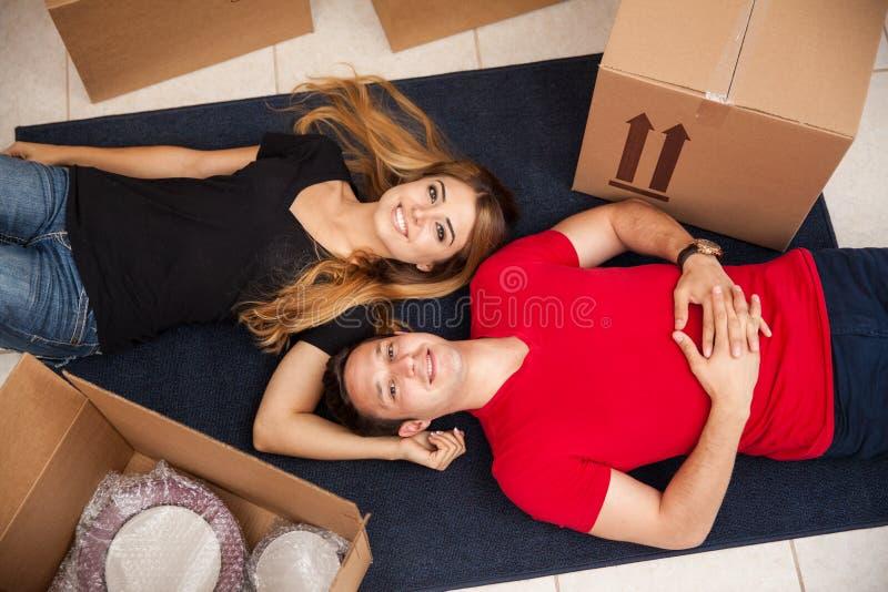 Persone appena sposate felici che si muovono dentro fotografie stock libere da diritti
