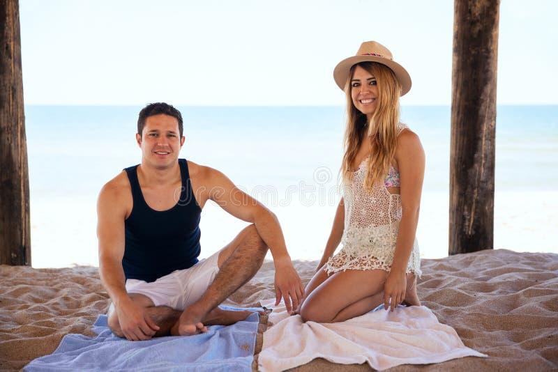 Persone appena sposate felici che si rilassano alla spiaggia fotografie stock libere da diritti