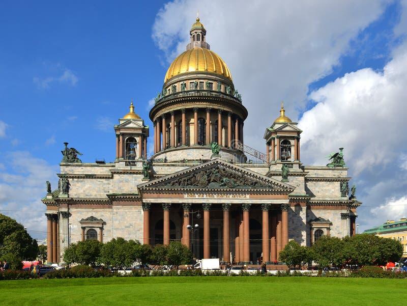 Persone appena sposate in parco davanti alla cattedrale 1858, San Pietroburgo, Russia di Isaac del san fotografia stock