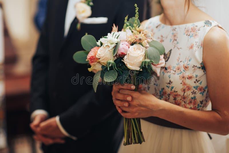 Persone appena sposate sulle nozze nella chiesa immagini stock libere da diritti