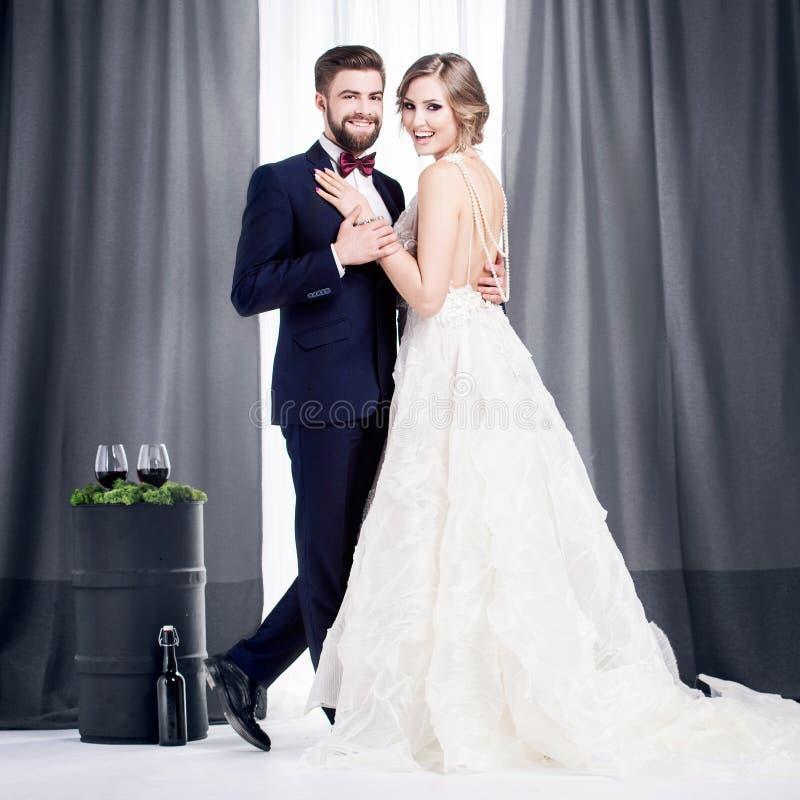 Persone appena sposate in un vestito da sposa ed in un vestito fotografia stock libera da diritti