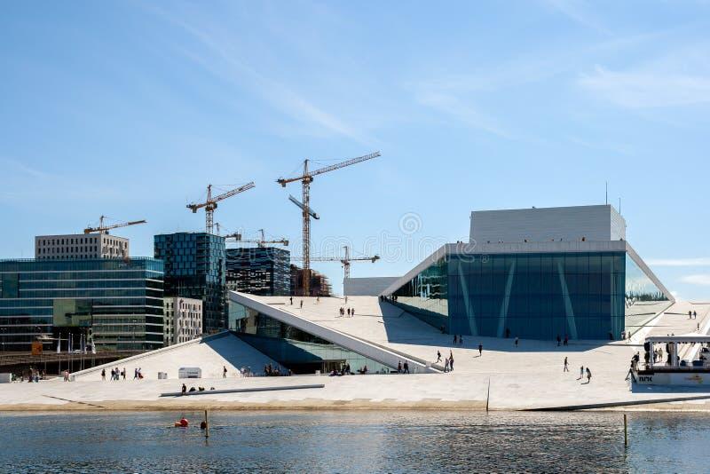 Persone che camminano all'Opera House di Oslo, casa dell'Opera Nazionale norvegese e balletto fotografia stock