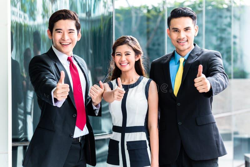 Persone di affari asiatiche che lavorano insieme immagini stock libere da diritti