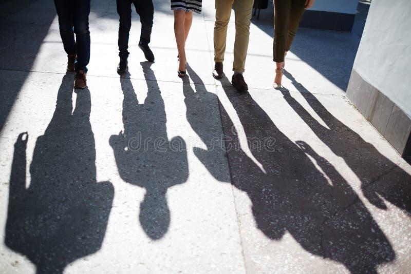 Persone di affari che camminano lungo la via fotografia stock libera da diritti
