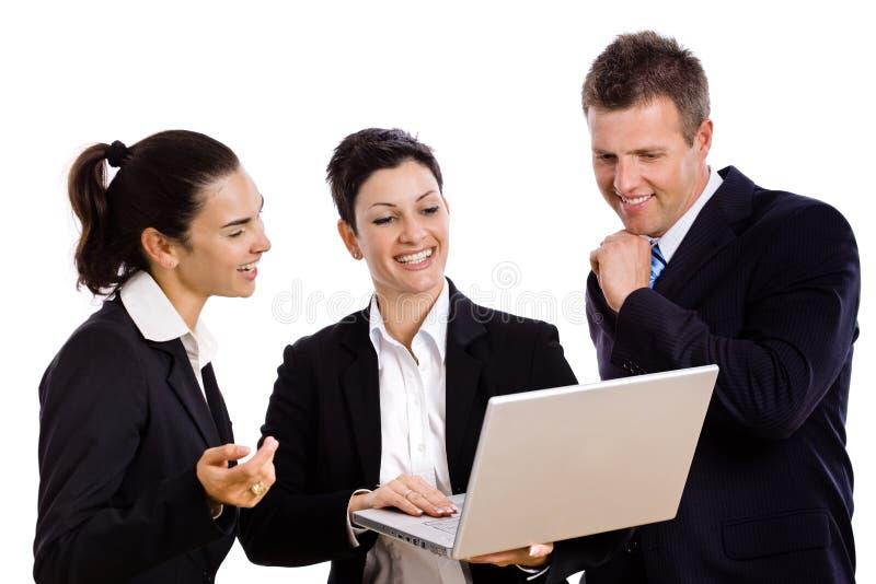 Persone di affari che esaminano computer portatile immagine stock