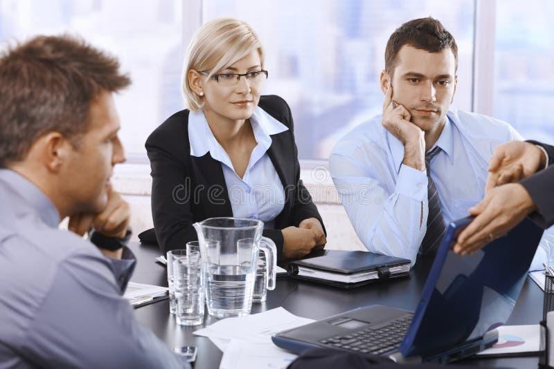 Persone di affari che esaminano computer portatile fotografia stock libera da diritti